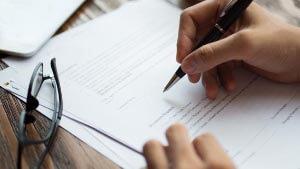 Каков порядок замены полиса ОМС при смене фамилии?